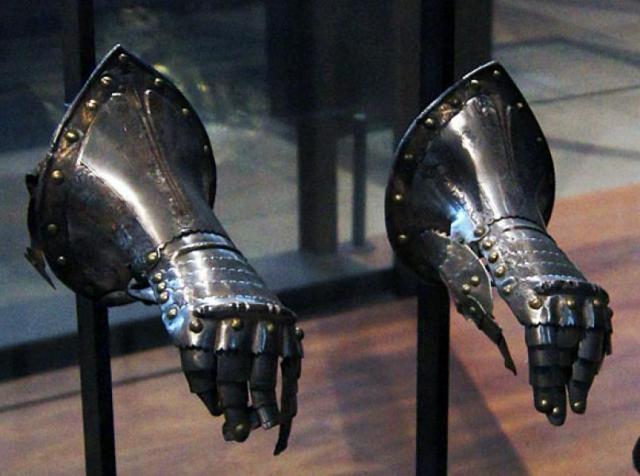 латные перчатки /музей Армии, г. Париж/