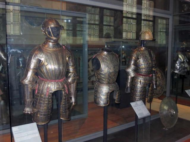 полная кираса, защита рук, шлем /музей Армии, г. Париж/