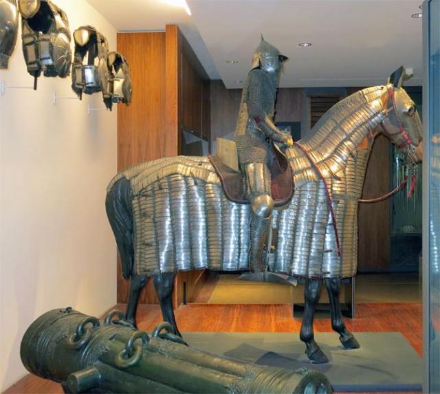 полный доспех коня и рыцаря /Музей Армии, г. Париж/